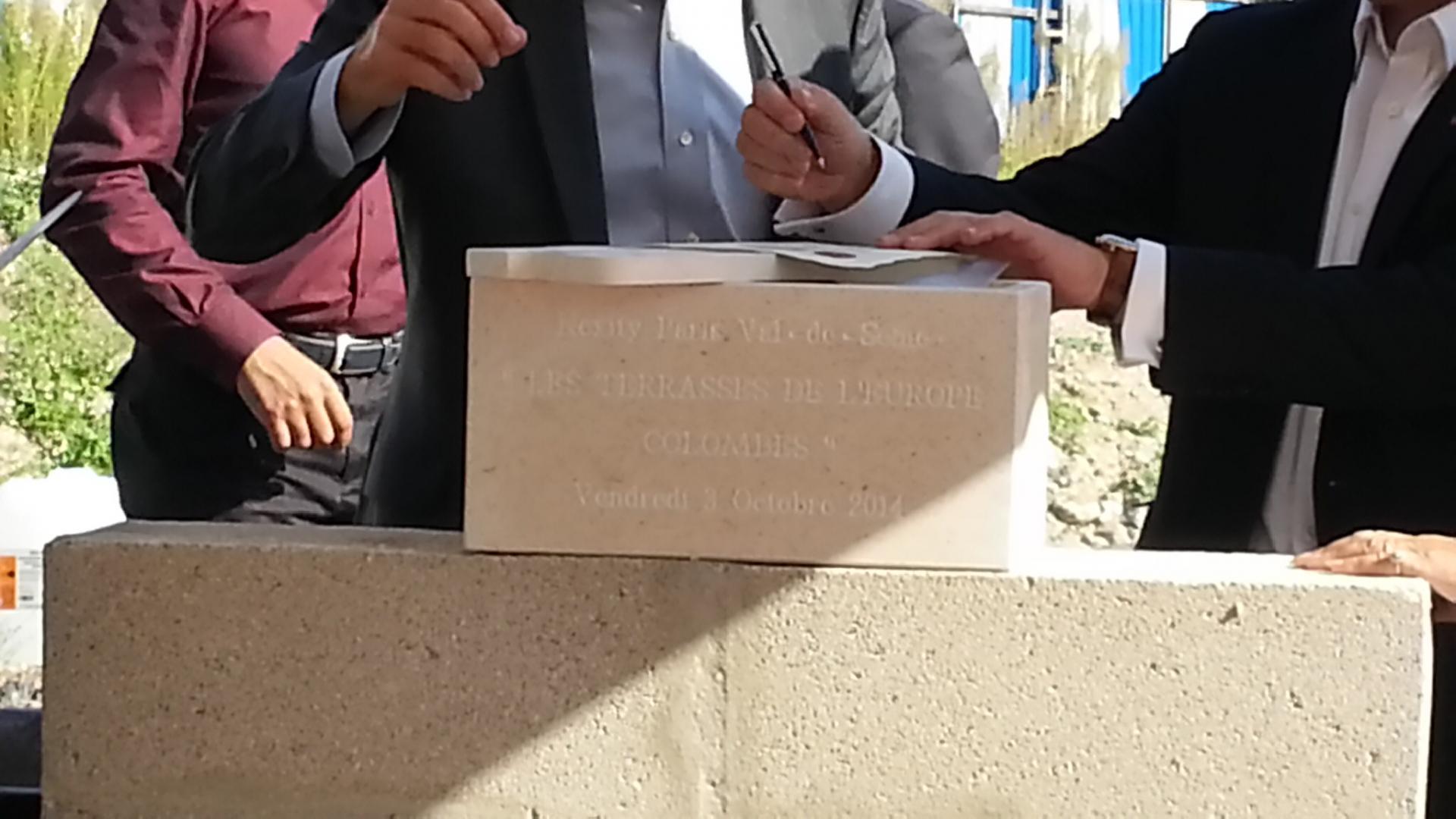 03/10/2014 Pose de la 1ère pierre.